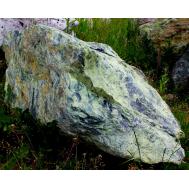 Камень-валун зеленый кварцит